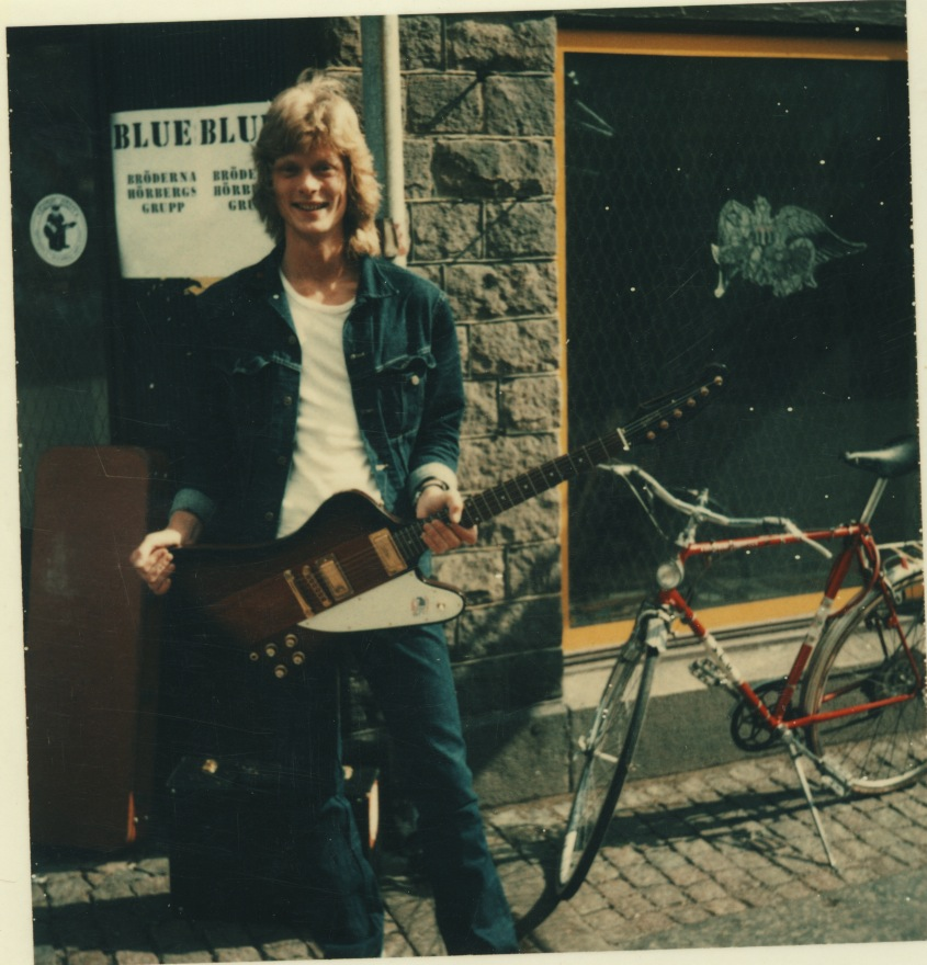 Johan Häggblom utanför Kapten Gitarr.